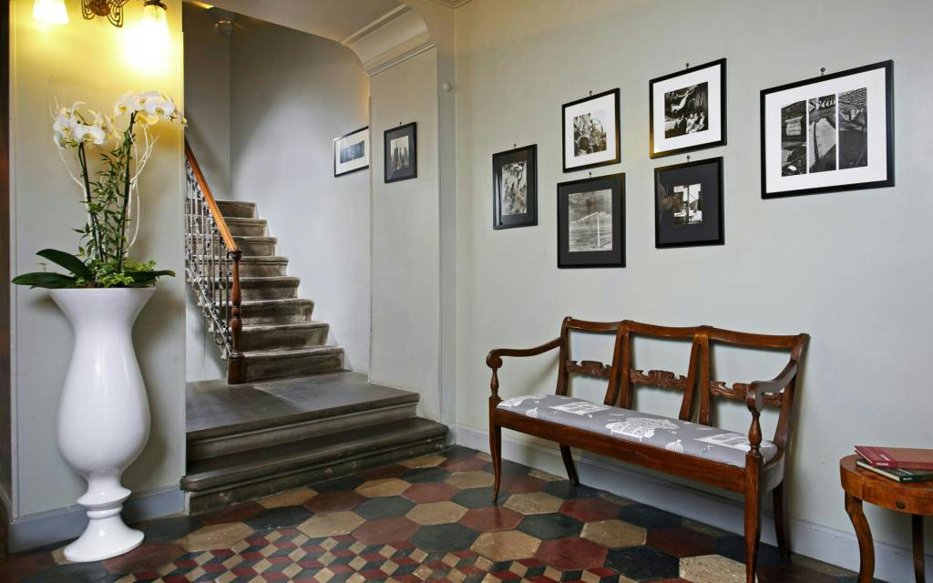 boutique-hotel-anahi-rome-common-area-hall-stairs-01