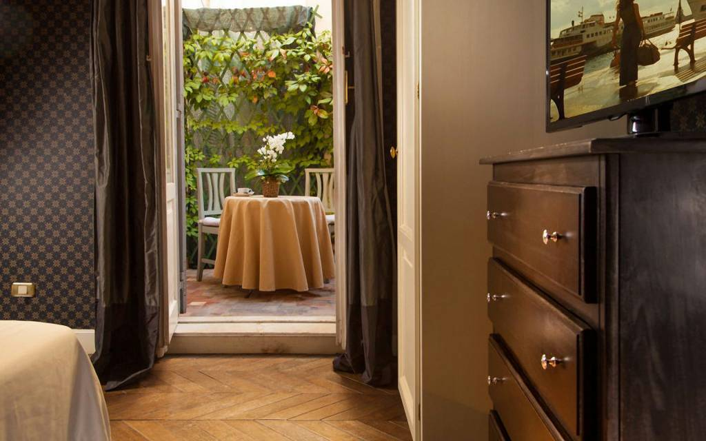 boutique-hotel-anahi-rome-room-balcony-table-double-superior-outside-06