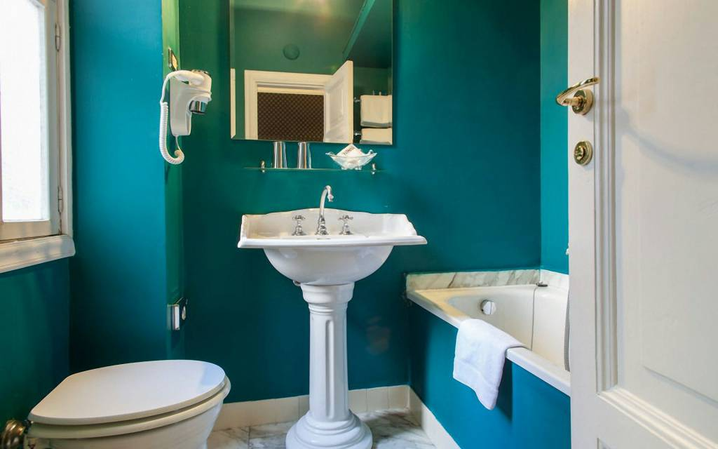 boutique-hotel-anahi-rome-blue-bathroom-room-double-superior-08