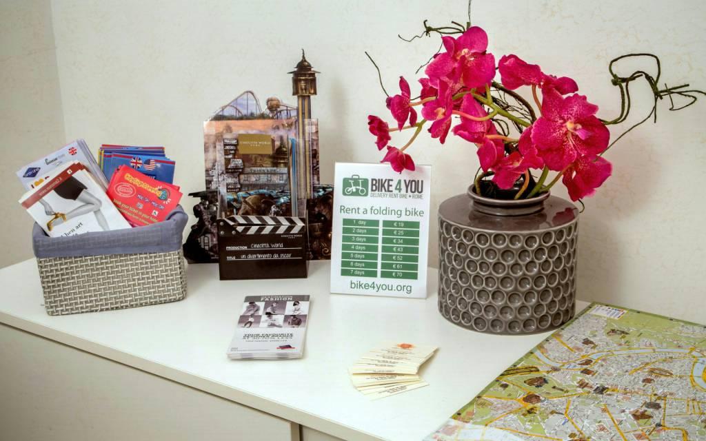 boutique-hotel-anahi-rome-common-area-kit-flowers-03