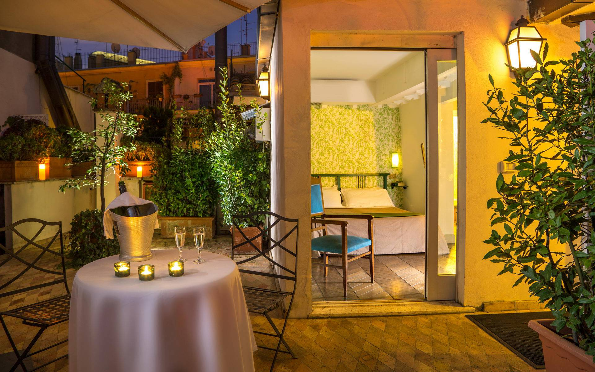 hotel-in-the-centre-of-rome-boutique-hotel-anahi-rome-suite-top-floor-room-balcony-champagne-22-2