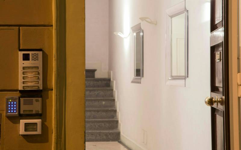 boutique-hotel-anahi-rome-outside-entrance-stairs-02