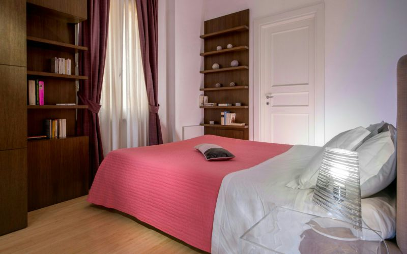 boutique-hotel-anahi-rome-apartment-pink-bed-bookshelf-29