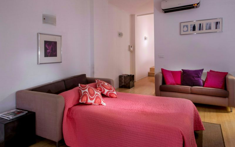 boutique-hotel-anahi-rome-apartment-pink-bed-sofa-32