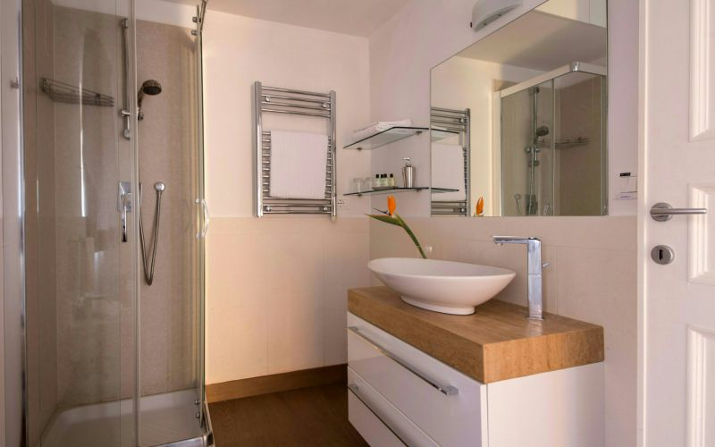 boutique-hotel-anahi-rome-apartment-white-bathroom-shower-41